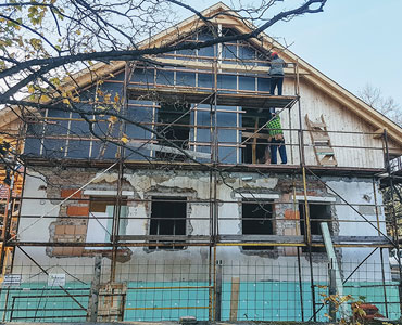 Execution of heat insulation on family houses from scaffolding